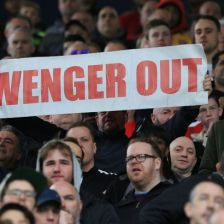 A-fan-holds-up-an-anti-Arsene-Wenger-sig